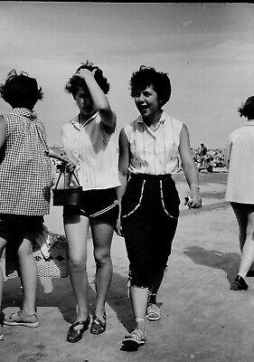 VTG 1950s 35MM NEGATIVE BEACH SCENE BRUNETTES WALKING PEDAL PUSHERS 275-27 - $2.99
