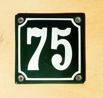 CLASSIC ENAMEL SIGN CREAM No.22 ON A GREEN BACKGROUND.10x10cm. HOUSE NUMBER 22