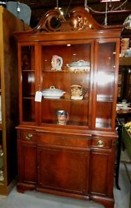 LOVELY VINTAGE FEDERAL STYLE WALNUT DISPLAY CHINA CABINET