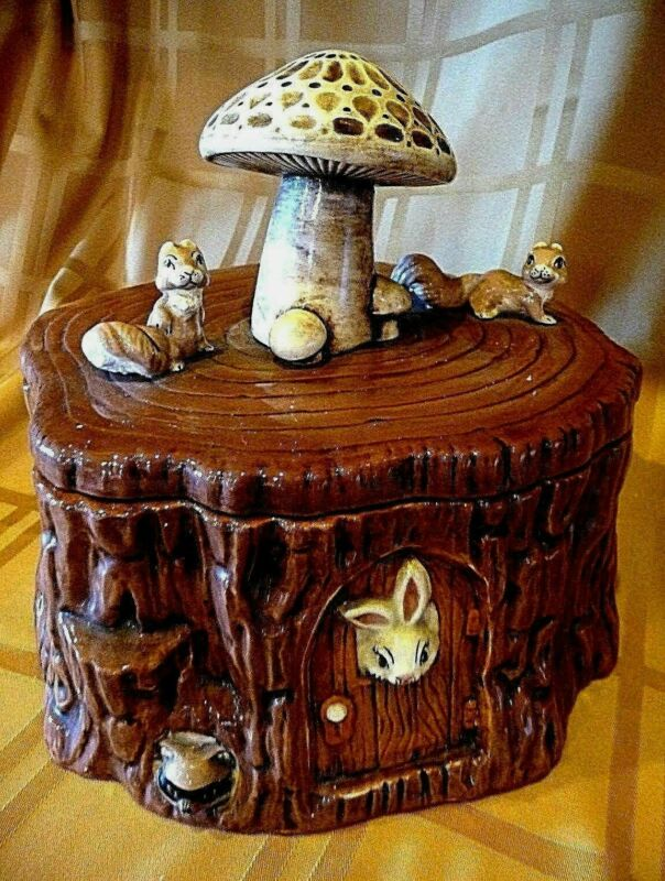 VINTAGE TREE STUMP COOKIE JAR. SCARCE VERSION WITH ANIMALS. N.O.S..