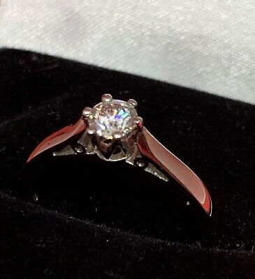 Stunning 18 ct white Gold Diamond solitaire ring Size M