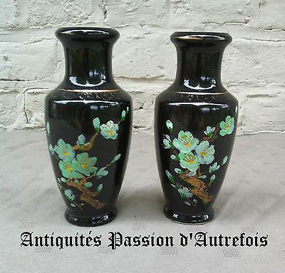B20151634 - 2 petit vases en faïence de 15,5 cm de hauteur