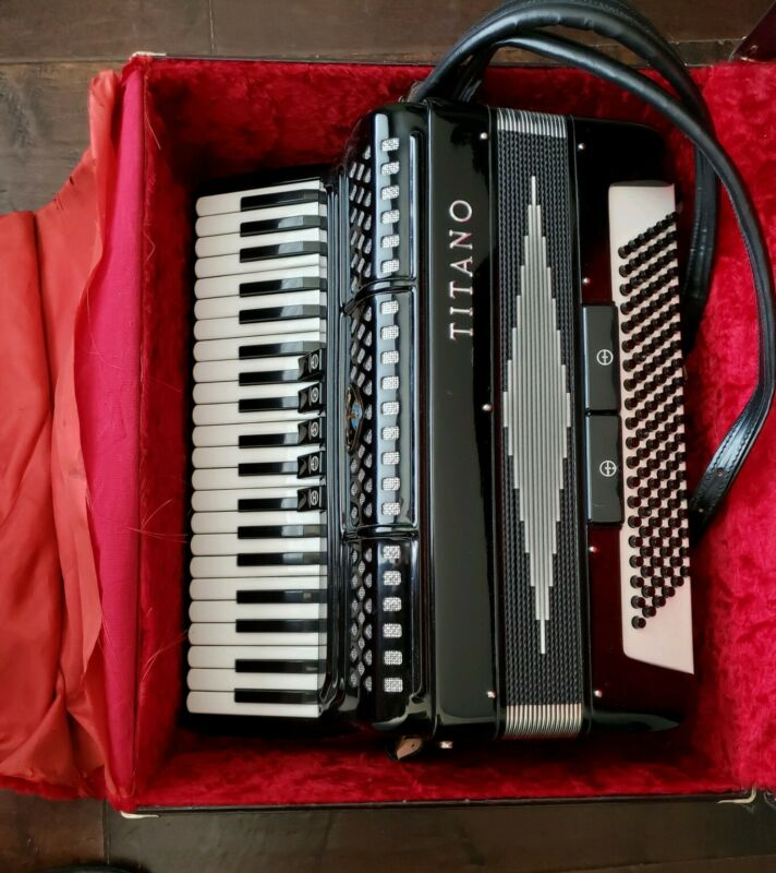 TITANO ACCORDION BEAUTIFUL MINT CONDITION