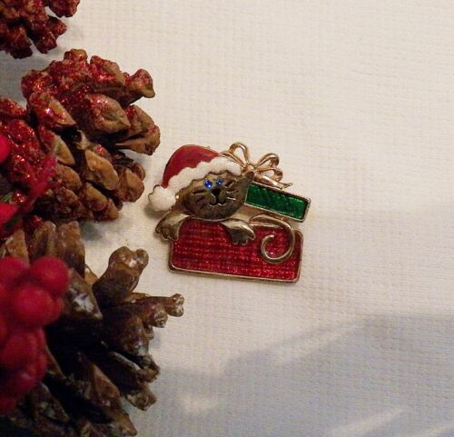 CLASSIC CHRISTMAS PIN BROOCH CAT KITTY POPPING OUT OF A PRESENT SIGNED TC X20S