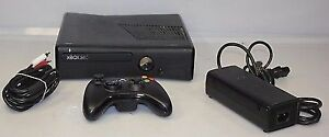 Xbox 360 Slim. 2 controllers + 1 Game