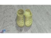 JOBLOT OF BRAND NEW 30 x MENS YELLOW CROCS MIXED SIZES 8-10