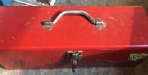 Coffre d'outils rouge en métal en bonne condition