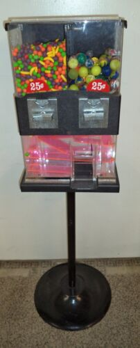 VINTAGE CAPSULE VENDING MACHINE - 25 CENT VEND - WITH CANDY/CAPSULES & KEY