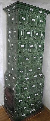 die Ofenkacheln von einem antiken Kachelofen Jugendstil