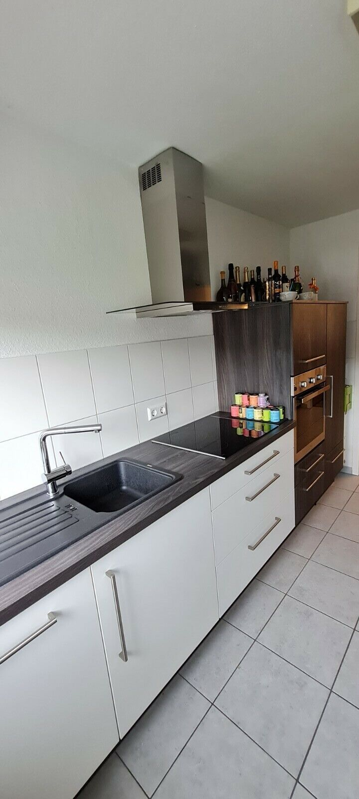 Moderne Küche mit Einbauelementeninklusive Elektrogeräten,Backofen&Spülmaschine