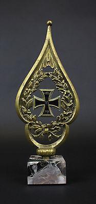 Antike Fahnenspitze auf Marmorsockel Eisernes Kreuz