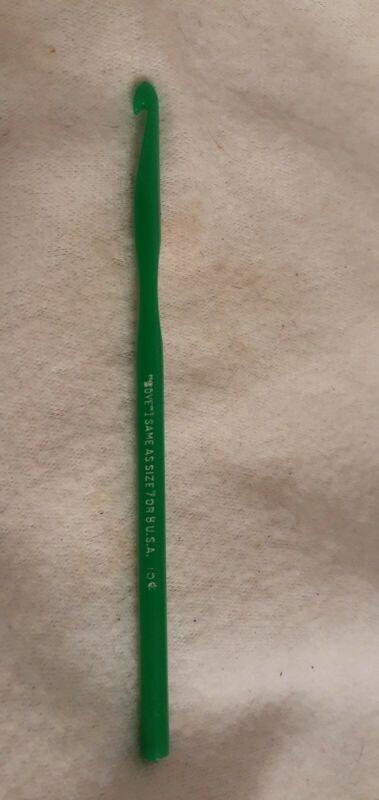 """Vintage 5.5"""" GREEN Acrylic Crochet Hook BOYE SIZE~I~7-8~USA~"""