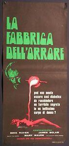 Locandina LA FABBRICA DELL'ORRORE (FLUORESCENTE) 1972 MIKE RAVEN, MARY MAUDE - CN, Italia - La fabbrica dell'orrore (fluorescente) Regia di Yed Hooker con: Mike Raven, Mary Maude, James Bolam Bellissima locandina originale del 1972, proveniente da una collezione privata Beautiful original movie playbill, 1972 Misure : cm 33x70 Measu - CN, Italia