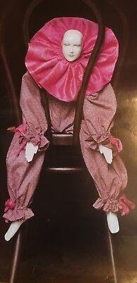 POSTER GLANZPAPIER weibliche HARLEKIN CLOWN FIGUR auf einem rustikalem STUHL
