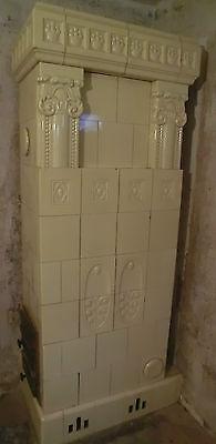 die Ofenkachelen von einem antiken Kachelofen cremefarben