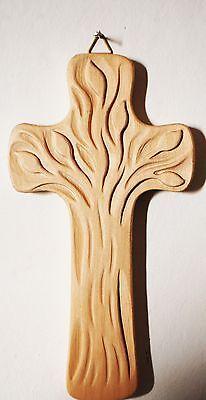 CROCE CON ALBERO DELLA VITA in legno naturale scolpito a mano <br />ALTEZZA CROCE cm. 11 Larghezza croce cm. 5,8<br /> Nuovo
