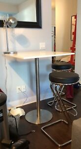 White top 'capri' bar table, and bar chairs