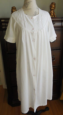 - EUC WHITE SEERSUCKER w/EMBROIDERY MISS ELAINE SNAP FRONT COTTON ROBE SIZE MED
