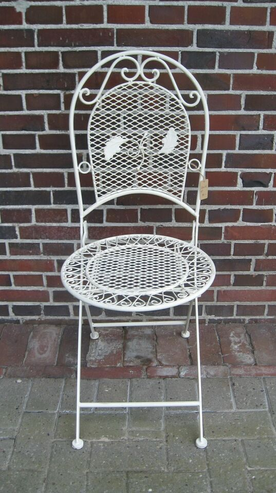 Tisch mit Stühlen in Aurich
