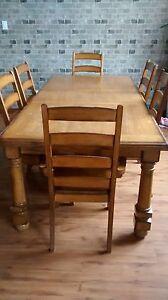 Table et 6 chaises en bois massif