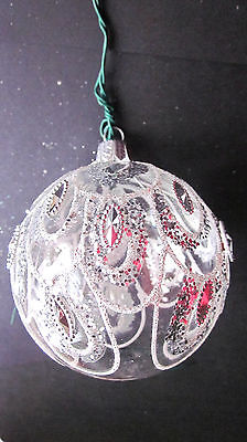 1 CLEAR GLASS CHRISTMAS TREE BAUBLE WITH SILVER PATTERN ON IT,