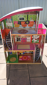 Doll house. Great condition