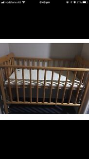 Baby cot/bed with free bath seat