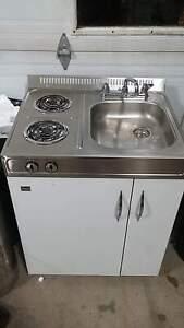 lavabos, cuisinière, réfrigérateur.