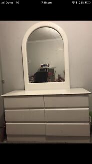 Dresser with matching double/queen bedhead and 2xbedside draws