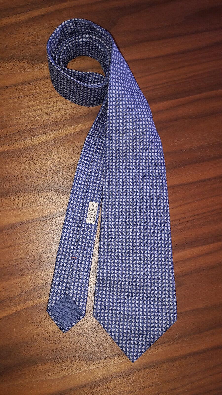 Hermès superbe cravate motif pieds de poule fond bleu 100% soie - très bon état