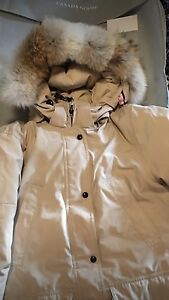 Canada goose comme neuf pour femme 300$