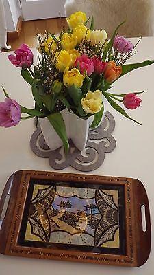 Altes Holz-Tablett, Hinterglasmalerei und Schmetterlingsflügel hinter Glas