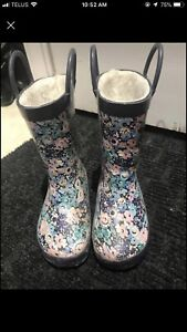 Size 8 lines rubber boots