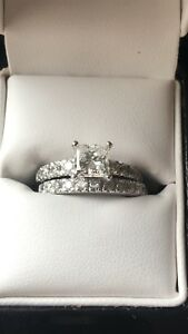 Princess cut engagement ring set with a 1 crt center stone