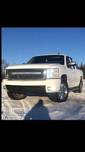 fully loaded Chevy Silverado 4x4 08 leather all around