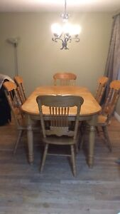 Strong and durable table with expended leaf and 6 chairs