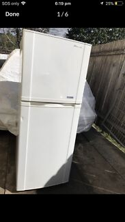 Samsung medium sized fridge in very  good working condition