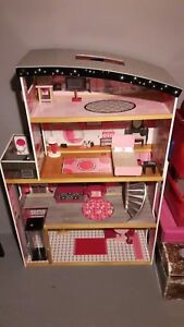 Doll house !   Very good condition .