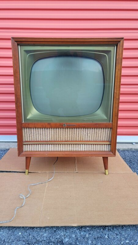 Vintage RCA VICTOR TV  ( PLEASE READ  THE DESCRIPTION )