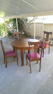 Vintage dining table. Adjustable. With six chairs.
