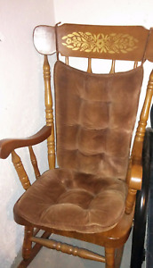 Solid classic rocking chair with detachable pillows