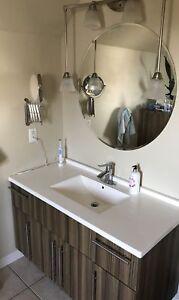 Salle de bain: bain + lavabo + Robineterie