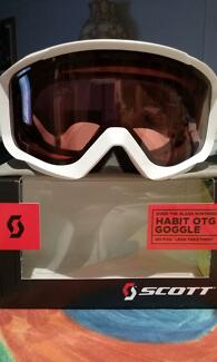 SKI GOGGLES - CAN WEAR WITH OR WITHOUT PRESCRIPTION GLASSES