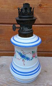 Ancienne-lampe-a-petrole-en-porcelaine-sans-son-verre-deco-vintage