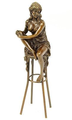Bronze Bar (Bronzefigur Frau auf Barhocker Bronze Figur signiert  H: 25,7 cm)