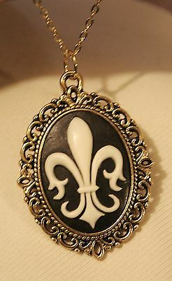 (Lovely Goldtone Picot Rim Navy Blue & White Fleur de Lis Cameo Pendant Necklace)