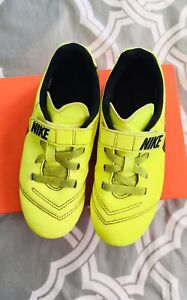 Nike boy outdoor soccer cleats soccer shoes size 13