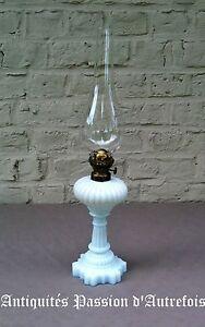 B2017330-Jolie-lampe-a-petrole-en-verre-opalin-pour-deco-Tres-bon-etat