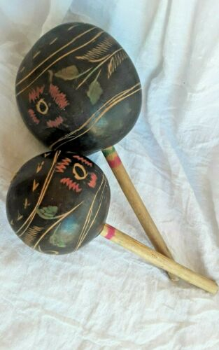 2 MARACAS HANDMADE CARVED PAINTED VINTAGE MUSICAL INSTRUMENTS SHAKERS PERCUSSION