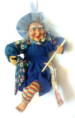 Hexe  hängend Deko 25 cm mit Leinenkleid u. bunter Blumen-Schürze, blau